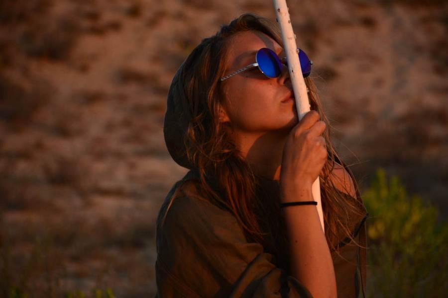 Модные очки. Песок и одиночество