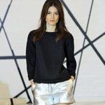 Тренд месяца: черный свитер — как его носят звезды