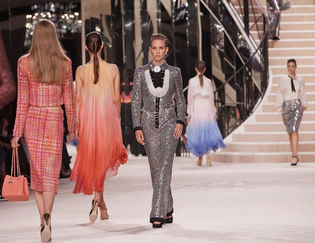 Последний показ Шанель не мог быть более парижским!