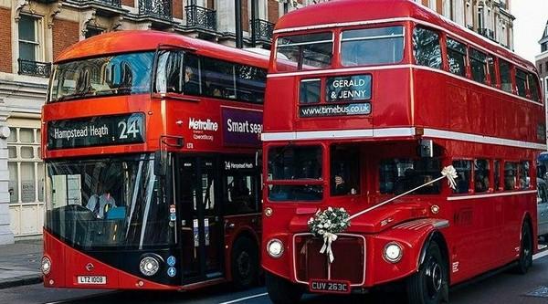 Лондонский автобус красный маяк в тумане