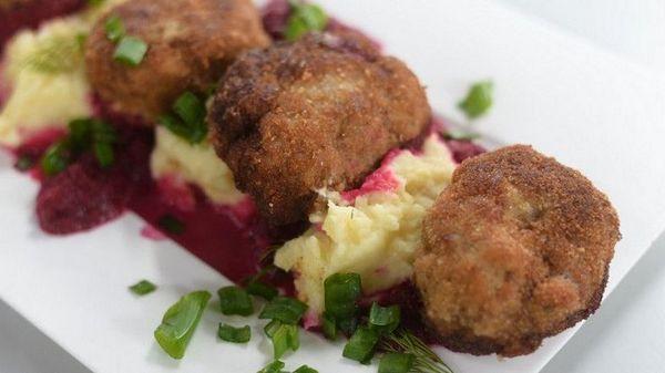 Польская кухня. Отбивная из свинины с картофельным пюре и свеклой