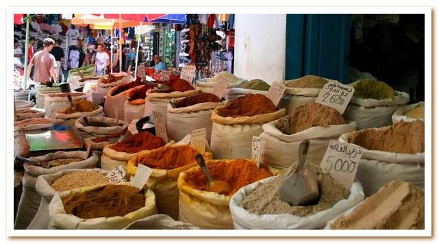 Тунисская кухня. Прилавок со специями на тунисском базаре