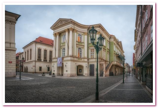 Достопримечательности Праги Сословный театр на заднем плане Карлов университет