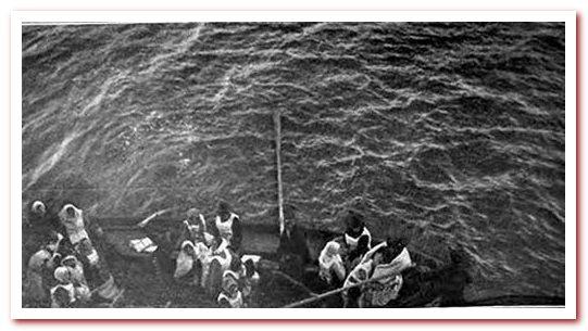 Крупным планом выгружается спасательная шлюпка выживших на Титанике.