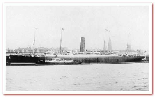 Пароход Карпатия на пирсе Cunard Line в Нью-Йорке, куда она ранее доставила выживших после крушения Титаника в 1912 году.