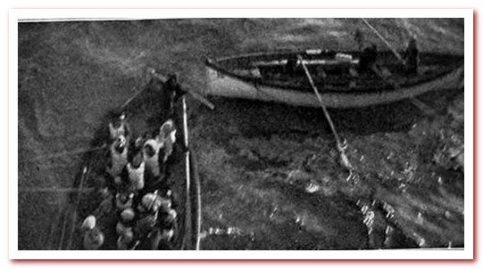 Спасательная шлюпка подходит к берегу Карпатии. Справа - разгруженная спасательная шлюпка.