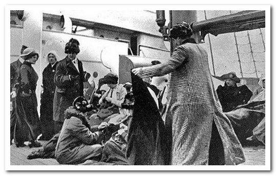Выжившие пассажиры Титаника на борту парохода Карпатия