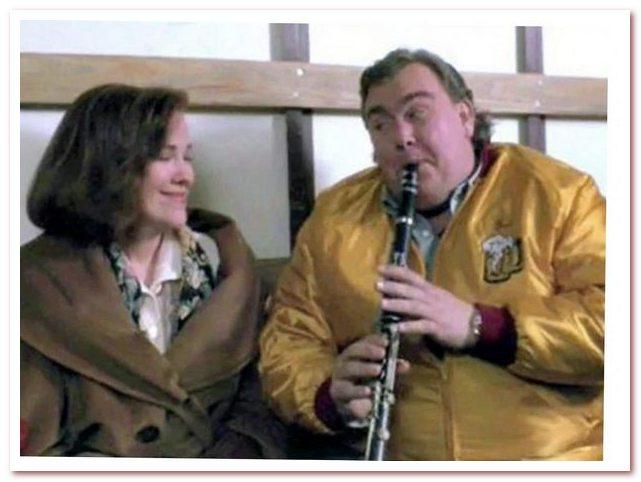 """Танец полька. Гас Полински, """"король польки со Среднега Запада"""" в блестящем исполнении Джона Кэнди. Кадр из фильма """"Один дома"""", 1990 г."""