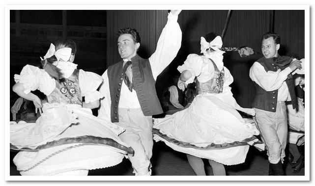 Чехословацкий государственный ансамбль песни и танцев исполняет польку из оперы Сметаны «Проданная невеста» (1957).