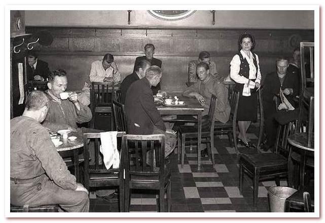 Национальный напиток Швеции. Любители кофе в 3 часа ночи в открытом кафе Röda rumet в Стокгольме, 1942 год.