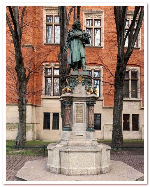 Ягеллонский университет в Кракове. Памятник Копернику