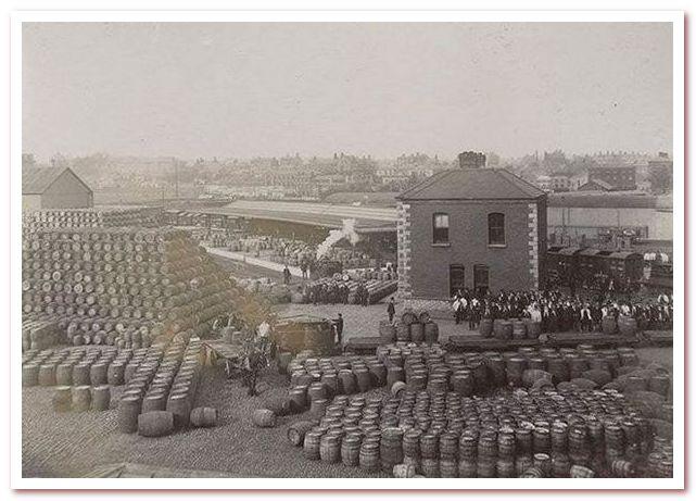 Пиво Гиннесс. Бочонки пива марки Guinness. Изображение начала ХХ века.