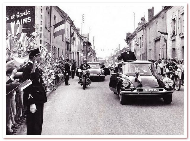 Президент Шарль де Голль проезжает через французский городок на полюбившейся ему модели автомобиля — «Ситроен DS 19». 1963 год