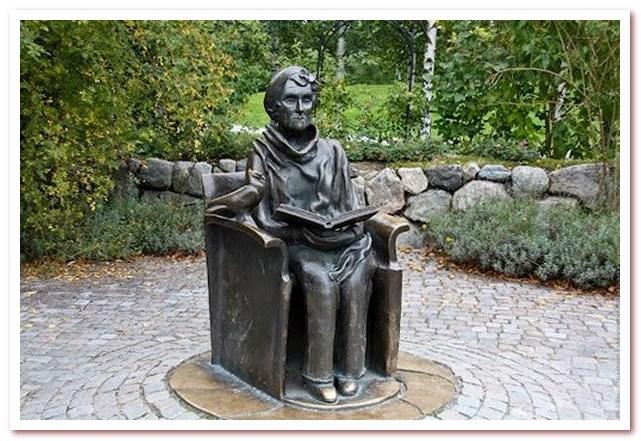 Где жил Карлсон. Памятник Астрид Линдгрен рядом с Юнибакеном