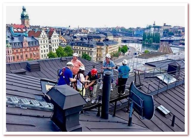 Где жил Карлсон. Туристы с гидом на крыше.