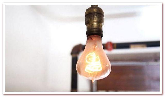 Кто изобрел электрическую лампочку