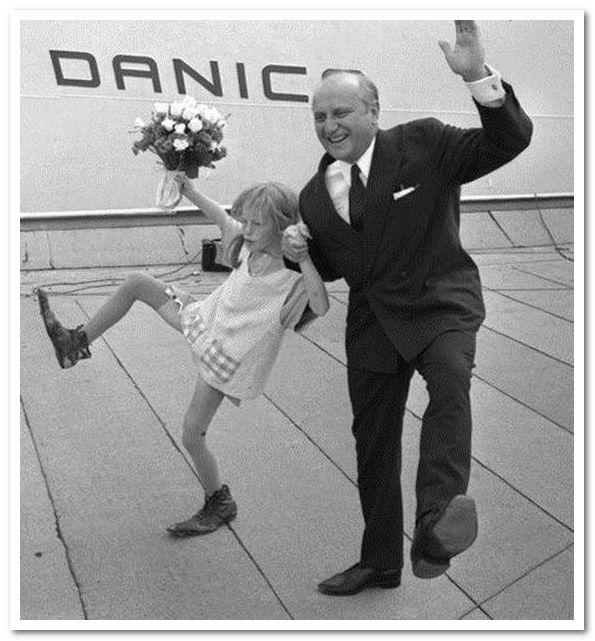 Пеппи Длинныйчулок (Ингер Нильссон) и судовладелец Стен А. Олссон открывают MS Stena Danica II, 1969.