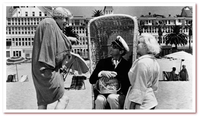 В джазе только девушки. Украдя свой акцент у Кэри Гранта, Джо изображает себя Джуниором, наследником состояния Shell Oil, чтобы добиться Душечки (Монро)