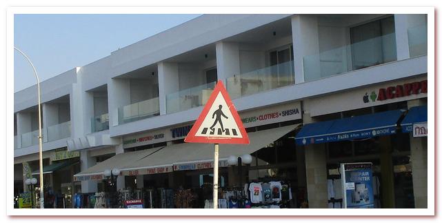 Дорогу на Кипре, видимо, положено переходить в шляпе