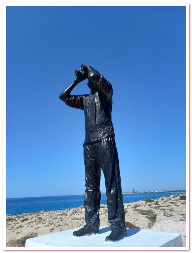 Курорты Кипра. Человек с биноклем