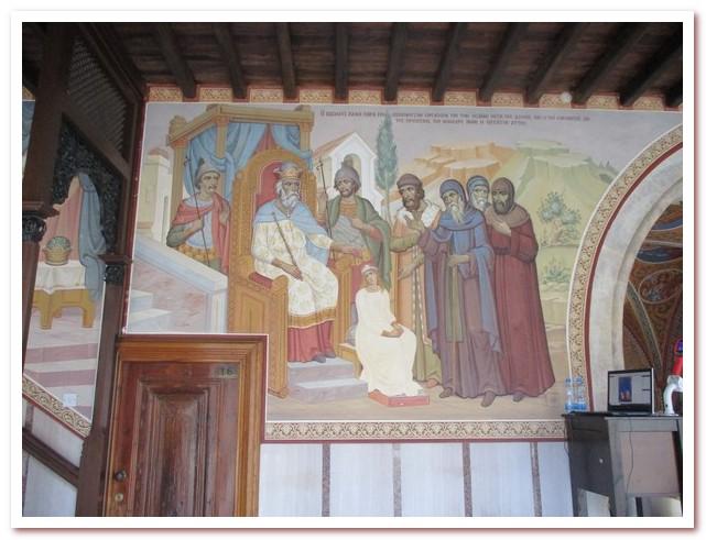 Мозайка иллюстрирует историю пояаления чудодейственной иконы в монастыре Киккос
