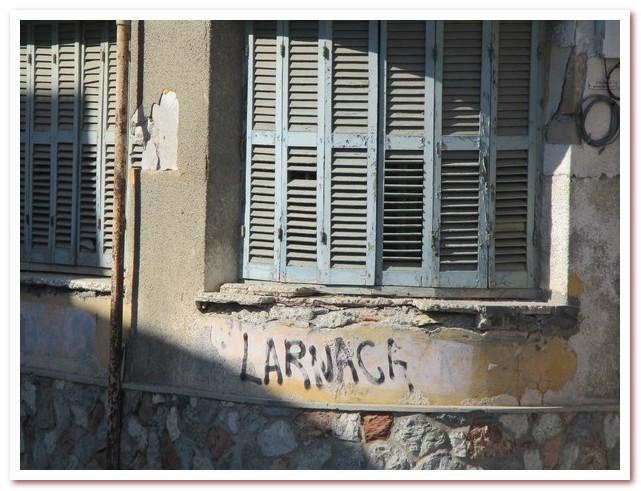 Надпись на фасаде дома в историческом квартале Ларнаки