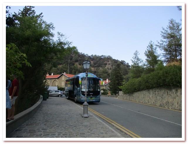 Туристический автобус на горном серпантине. Горы Троодос
