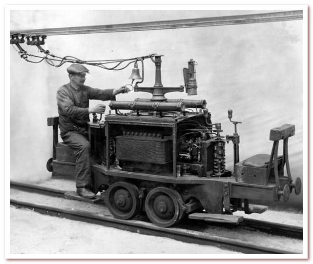 История железных дорог. Первый в мире шахтный электровоз, поставленный в 1882 году компанией Siemens & Halske для шахты Заукероде в Саксонии.