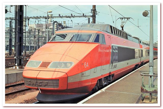 История железных дорог. TGV первого поколения в своих фирменных цветах.